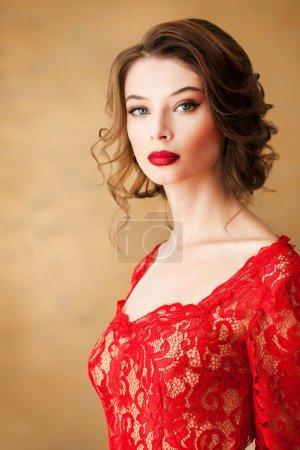 Photo pour Belle jeune femme en robe de dentelle élégante - image libre de droit