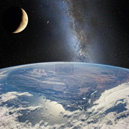 Photo pour Lune sur la terre, sur le fond de la Voie lactée. Éléments de cette image fournis par la NASA (http : / / www.nasa.gov /) ). - image libre de droit