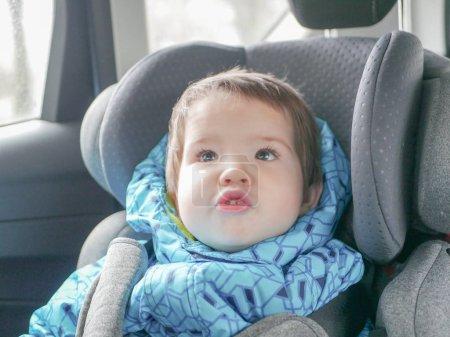Foto de Niño que se aprieta en un asiento de coche. Seguridad infantil en el asiento del niño durante el sueño - Imagen libre de derechos