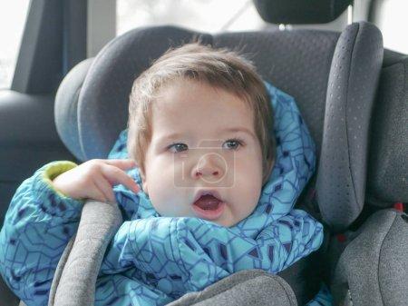 Foto de Bebé que duerme en un asiento de coche. Seguridad infantil en el asiento del niño durante el sueño - Imagen libre de derechos