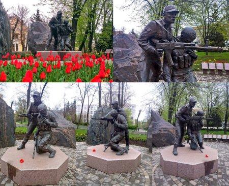 Photo pour Monument public de la ville qui perpétue la mémoire des soldats morts dans la guerre en Afghanistan, situé dans la ville de Krivoi Rog en Ukraine - image libre de droit