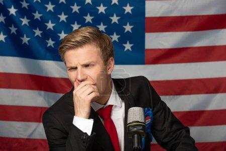 Photo pour Cher homme sur tribune sur fond de drapeau américain - image libre de droit