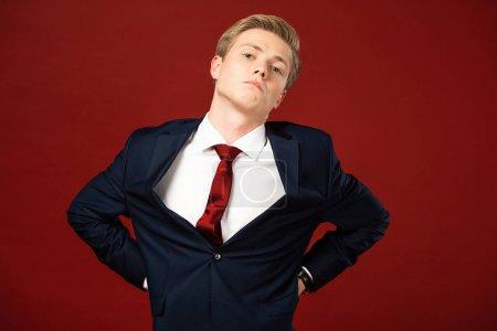 Photo pour Confident man imitating Donald Trump on red background - image libre de droit