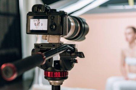 Photo pour Mise au point sélective d'un modèle attrayant réfléchissant sur l'écran de la caméra - image libre de droit