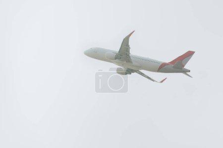 Photo pour Vol départ de l'avion dans un ciel nuageux - image libre de droit