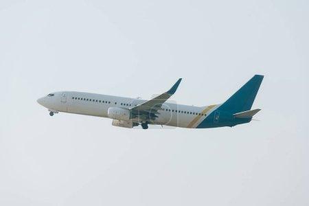 Foto de Vista de bajo ángulo del avión con cielo nublado a fondo. - Imagen libre de derechos