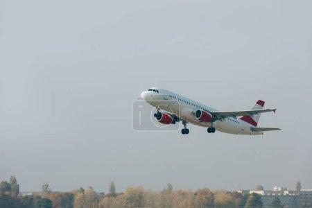 Photo pour Départ en vol d'un avion commercial au-dessus de la piste - image libre de droit