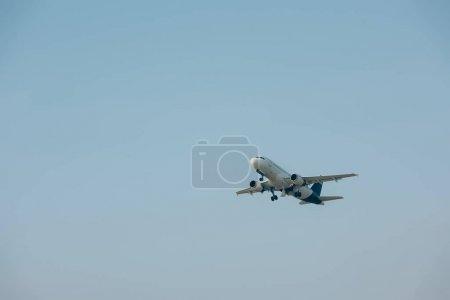 Avión jet despegando con el cielo azul al fondo