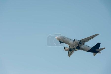Foto de Vista de bajo ángulo del avión de reacción en cielo azul - Imagen libre de derechos
