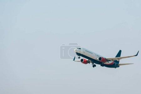 Foto de Vista de bajo ángulo de la salida del avión con cielo azul a fondo. - Imagen libre de derechos