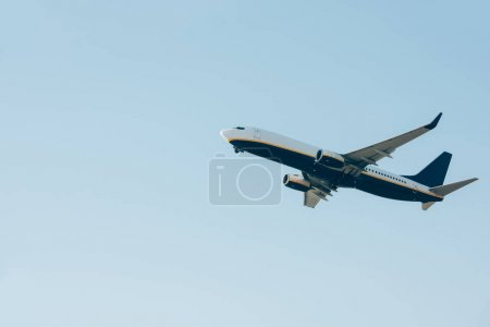 Photo pour Low angle view of airplane landing in clear sky - image libre de droit