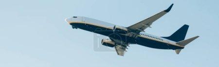 Photo pour Vue panoramique de l'avion avec ciel bleu en arrière-plan - image libre de droit