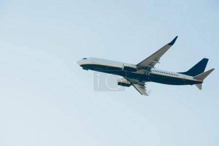 Photo pour Vue à angle bas de l'avion avec ciel bleu en arrière-plan - image libre de droit
