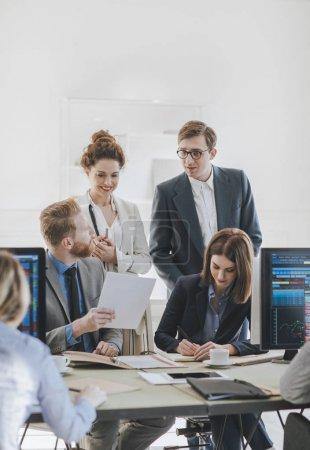 Foto de Grupo de empresarios y agentes de bolsa que trabajan en la oficina . - Imagen libre de derechos