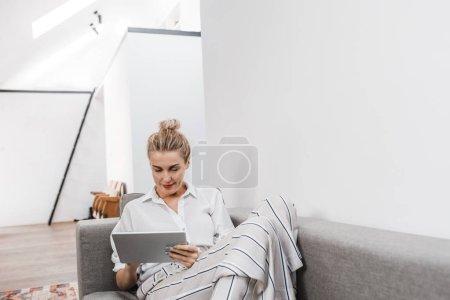 glückliche Frau mit Technologie