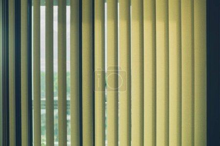Photo pour Stores verticaux de la fenêtre dans la lumière du jour - image libre de droit