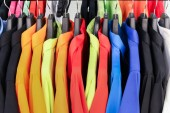 Bunte Hemden für Ihren Farbstil hängen