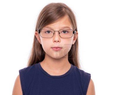 Photo pour Verticale d'une petite fille avec des glaces d'isolement sur un backgroud blanc. - image libre de droit