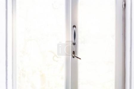 Photo pour Fenêtre vintage blanche fermée avec lumière du soleil sur le fond, avec espace de copie vide pour votre texte - image libre de droit