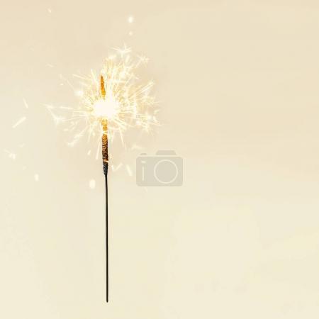 Photo pour Festive Joyeux Noël étincelles. Lumières magiques dorées pour affiche de vacances, concept d'anniversaire ou de fête. Étincelant de belles étincelles ou des lumières du bengale - image libre de droit