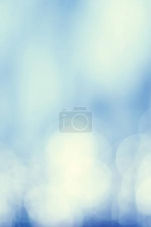 Photo pour Lumière naturelle déconcentrée - fond vintage bleu bokeh abstrait - image libre de droit