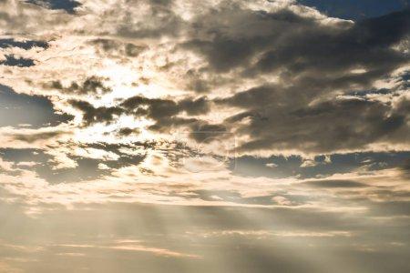 Foto de Cielo con nubes y rayos solares - Imagen libre de derechos