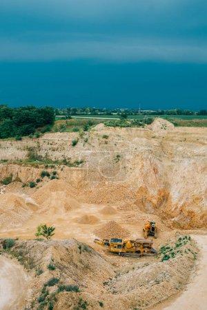 Photo pour Mine à ciel ouvert avec machines - image libre de droit