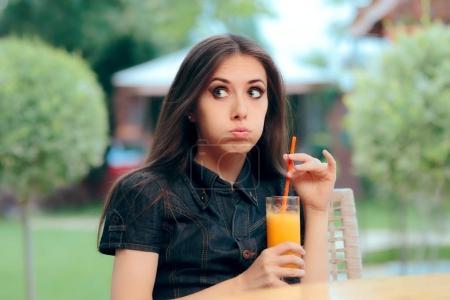 aburrida sola mujer parada en un restaurante fecha