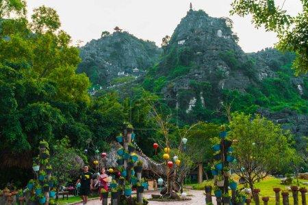 Photo pour Bel coucher de soleil sur le paysage vietnamien depuis les magnifiques grottes de Mua et la statue de Dragon à Tam Coc, Ninh Binh, Vietnam - image libre de droit