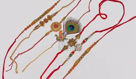 Photo pour Festival traditionnel indien Raksha Bandhan, Rakhi élégant sur fond blanc isolé.Rakhi est un bracelet traditionnel indien qui exprime l'amour et le lien entre les frères et sœurs . - image libre de droit