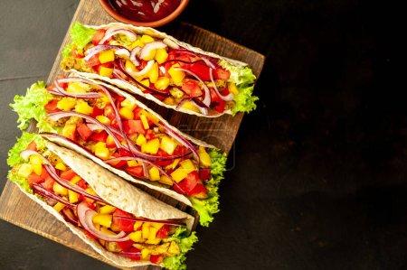 Photo pour Délicieuse pizza au jambon et légumes - image libre de droit
