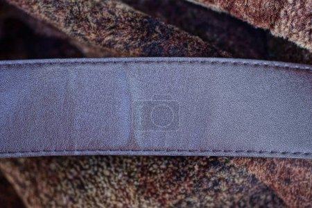 Foto de Una pieza de cuero marrón se encuentra en la ropa de lana. - Imagen libre de derechos