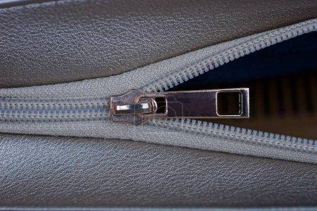 Foto de Open brown metal zip on a leather and fabric bag. - Imagen libre de derechos