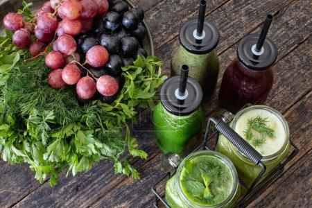 Photo pour Détox avec jus de légumes frais et jus de fruits sains. Aliments antioxydants . - image libre de droit