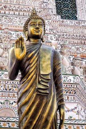Photo pour Bouddha doré à l'entrée d'Arun Wat - image libre de droit