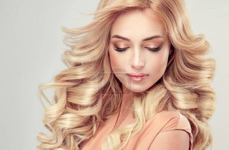 Photo pour Belle fille aux cheveux blonds avec une coiffure bouclée élégante - image libre de droit