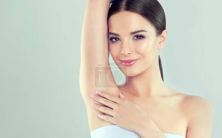 Photo pour Armpit epilation, lacer hair removal. Young woman holding her arms up and showing underarms, armpit smooth clear skin .Girl showing clean armpit .Beauty portrait.Epilation and depilation of hair . - image libre de droit