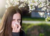 Dívka s alergickou reakci na kvetoucí strom