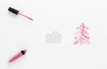 Photo pour Arbre de Noël avec rouge à lèvres liquide sur fond blanc. Espace de reproduction, couverture plane. - image libre de droit
