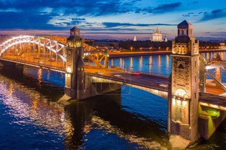Photo pour Saint-Pétersbourg. La Russie. Le pont Bolcheokhtinsky. Le Pont de Pierre le Grand. Nuits blanches à Pétersbourg. Lumières de la ville nocturne. Tours sur les ponts de Saint-Pétersbourg. Voyager en Russie . - image libre de droit