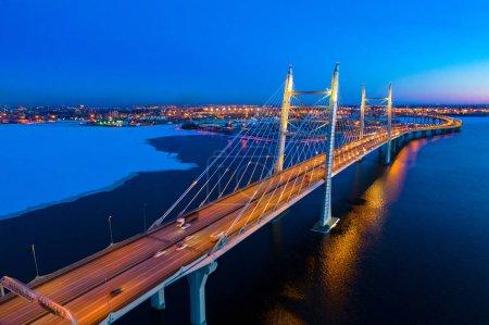 Photo pour Saint-Pétersbourg. La Russie la nuit. Un pont au-dessus d'une baie gelée. Pont de contournement à Saint-Pétersbourg. Côte du golfe de Finlande la nuit. Glace Russie en hiver. Neige routes russes. Voyage en Russie - image libre de droit