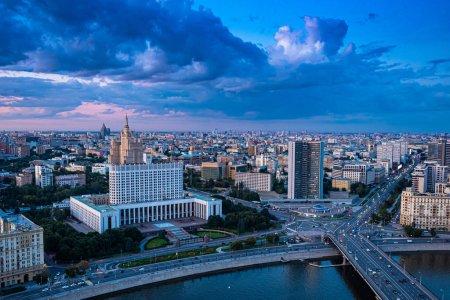 Photo pour La Russie. Panorama Moscou. Krasnopresnenskaya remblai vue aérienne. Circuits en voiture à Moscou. Visites guidées de Moscou. Ponts de la capitale de la Russie. Tours d'architecture soviétiques en Russie . - image libre de droit