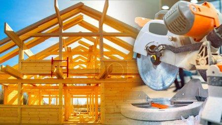 Photo pour Scie circulaire pour le bois. Scie circulaire à l'arrière-plan du cadre de la maison. Cadre en bois de la maison sur le fond du ciel. Concept - traitement du bois pour la construction. Travail du bois - image libre de droit