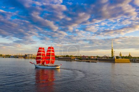Photo for Saint Petersburg. Russia. A ship with scarlet sails on the Neva. White nights of Petersburg. Sailboat on the background of the Peter and Paul fortress and the morning sky. Early morning in Petersburg - Royalty Free Image