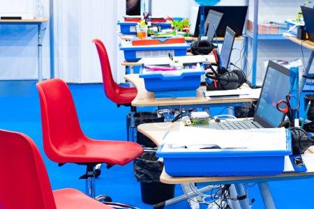 Photo pour Le club de robotique. Salle de classe d'ordinateur vide. Ordinateurs de bureau, ordinateurs et pièces pour l'assemblage de robots. Formation en robotique. La création de programmes pour robots. gadgets programmables . - image libre de droit