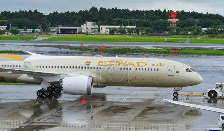 Photo pour Tokyo, Japon - 4 juil. 2019. Etihad Airways Boeing 787-9 Dreamliner circulant sur la piste de l'aéroport de Tokyo Narita (NRT). Narita est l'un des aéroports les plus fréquentés d'Asie . - image libre de droit