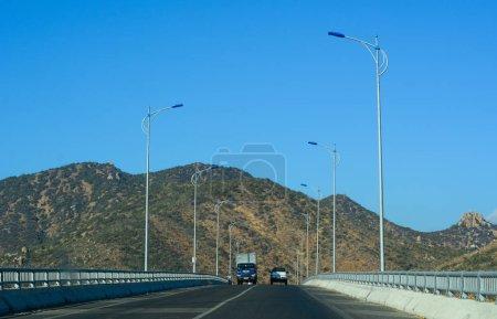 Photo pour Phan Thiet, Vietnam - 20 mars 2016. Route pendant la journée d'été à Phan Thiet, Vietnam. La longueur totale du réseau routier vietnamien est d'environ 222,179 km.. - image libre de droit