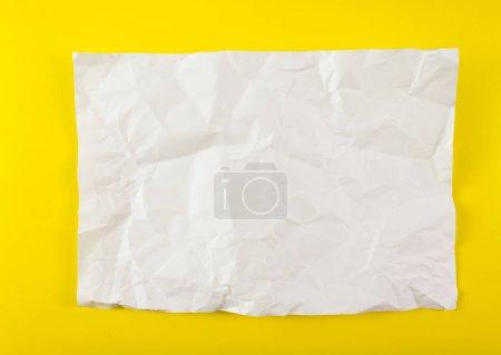 Photo pour Feuille de papier froissée sur fond jaune - image libre de droit