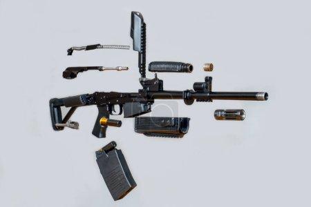 Photo pour Mitrailleuse démontée Sanglier fusil sur fond gris. Isolé. Détails des armes à feu démontées. Lévitation . - image libre de droit