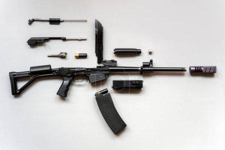 Photo pour Mitrailleuse démontée sur fond gris. Isolé. Détails des armes à feu démontées . - image libre de droit